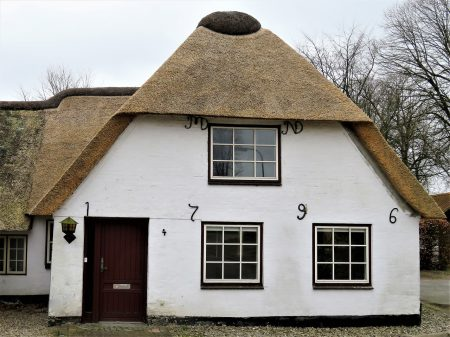 thatched-cottage-2213796_1280